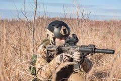 Soldat in einheitlichem Zielen NATOs Lizenzfreie Stockfotografie