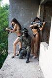 Soldat et deux femmes photos stock