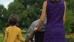 Soldat et famille handicapés ensemble en parc, soin de réadaptation et appui clips vidéos