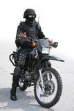 Soldat et moto noirs photos stock