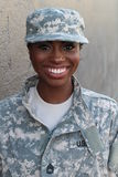 Soldat féminin Smiling d'Afro-américain de vétéran Photographie stock libre de droits