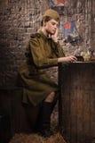 Soldat féminin soviétique dans l'uniforme de la deuxième guerre mondiale photographie stock libre de droits