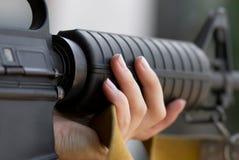 Soldat féminin visant avec un canon photographie stock