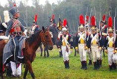 Soldat för Napoleonic krig - reenactoren rider en häst Arkivfoto