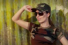 Soldat för ung kvinna, i att salutera för kamouflagedräkt royaltyfri bild