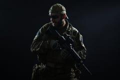 Soldat för USA-armé i regnet Arkivbilder