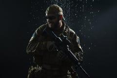 Soldat för USA-armé i regnet Royaltyfri Bild