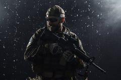 Soldat för USA-armé i regnet Fotografering för Bildbyråer