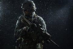 Soldat för USA-armé i regnet Arkivfoton