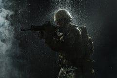 Soldat för USA-armé i regnet Arkivbild