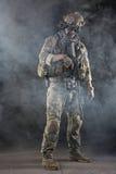 Soldat för USA-armé med skyddsglasögon i röken Arkivbild