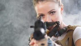 Soldat f?minin fortement arm? dans le fusil d'assaut de participation de casque de bataille clips vidéos