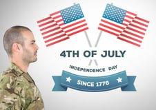 Soldat fier avec le 4ème de la conception de juillet Photographie stock libre de droits