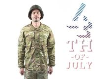 Soldat fier se tenant contre le 4ème du fond de juillet Image libre de droits
