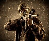 Soldat fortement armé dangereux de terroriste avec le masque sur le Ra sale photographie stock libre de droits