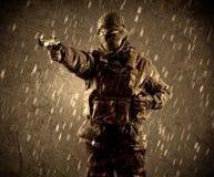 Soldat fortement armé dangereux de terroriste avec le masque sur le Ra sale photos libres de droits