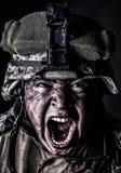 Soldat fou d'armée criant tout en regardant l'appareil-photo Photo libre de droits