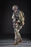 Soldat för USA-armé på mörk bakgrund Arkivfoton