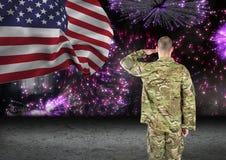 soldat framme av fyrverkerier med USA-flaggan fotografering för bildbyråer