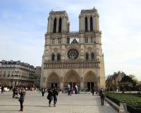 Soldat français dans l'uniforme près de Notre Dame de Paris Image libre de droits