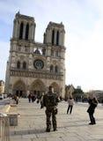 Soldat français dans l'uniforme près de Notre Dame de Paris Photo libre de droits