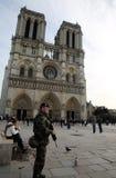 Soldat français dans l'uniforme près de Notre Dame de Paris Photo stock