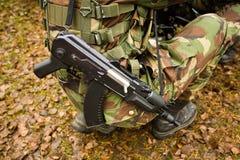 Soldat gekleidet in einer Tarnung Lizenzfreie Stockbilder