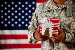 Soldat: Halten eines eingewickelten Geschenks Lizenzfreies Stockbild