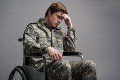 Soldat handicapé bouleversé se sentant impuissant photos stock
