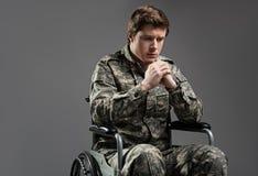 Soldat handicapé triste souffrant de la solitude photos libres de droits