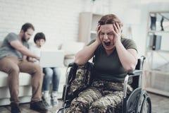 Soldat handicapé In Wheelchair Souffrez de la douleur image stock