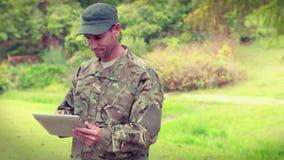 Soldat heureux à l'aide de la tablette banque de vidéos