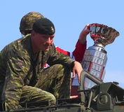 Soldat And Hockey Player mit Trophäe Stockfotos
