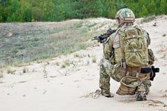 Soldat i öknen Arkivbild