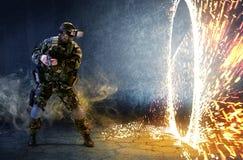 Soldat i exponeringsglas av virtuell verklighet Begreppet av faktiskt beträffande arkivfoton