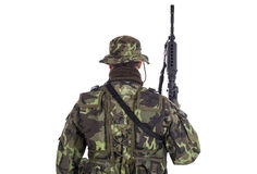 Soldat i kamouflage och det moderna vapnet M4 Royaltyfri Fotografi