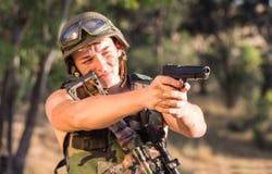 Soldat i likformign med vapnet Royaltyfri Bild