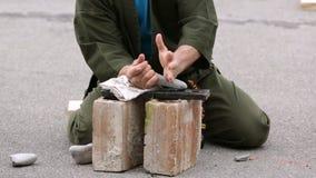 Soldat i likformigslag och avbrottsstenar arkivfilmer