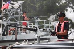 Soldat im Drehzahlboot lizenzfreie stockbilder
