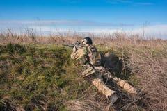 Soldat im Hinterhalt mit Gewehr Stockbild