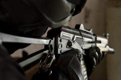 Soldat im kugelsicheren Sturzhelm, der mit AK-47 zielt Lizenzfreie Stockfotos
