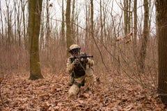 Soldat im Wald Lizenzfreie Stockfotos