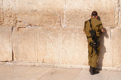 Soldat israélien au mur occidental photo stock