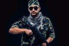 Soldat masqué fortement armé avec le concept noir de fond images libres de droits