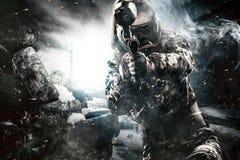 Soldat masqué fortement armé de paintball sur le fond apocalyptique de courrier Concept d'annonce photos libres de droits