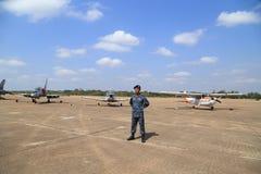 Soldat med flygplanskärm/show på barns dag på Korat Wi Arkivfoton
