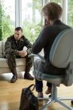 Soldat med fysisk trauma arkivfoton