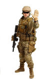 Soldat med geväret på en vit bakgrund Arkivfoto