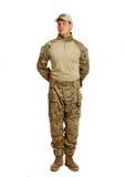 Soldat med geväret som isoleras på vit bakgrund Arkivbild