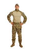 Soldat med geväret som isoleras på vit bakgrund Arkivfoton